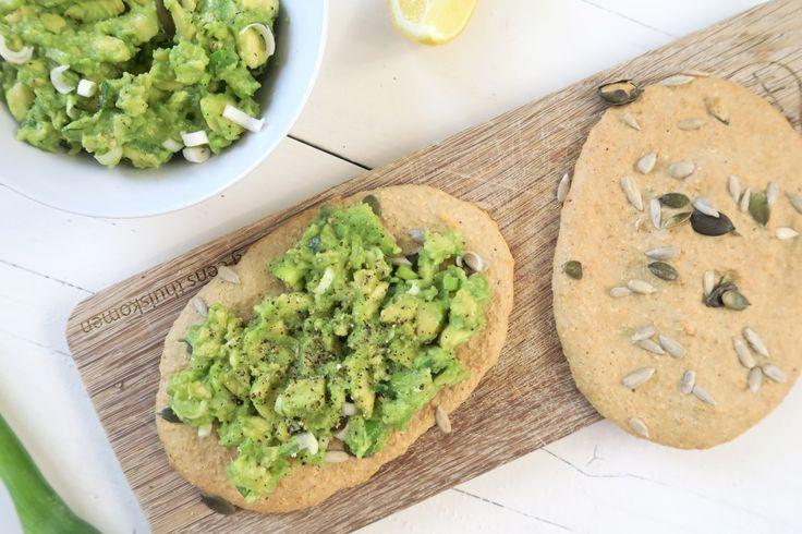 Pittige avocado spread (op een broodje van havermout)