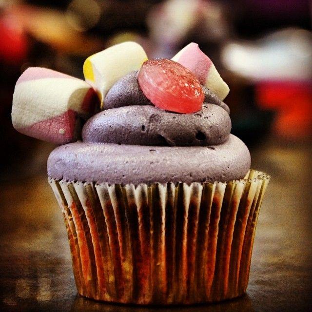"Violet Beauregarde: ""a girl who chews gum all day"" Πρωταθλήτρια στο μάσημα τσίχλας. Η Βάιολετ μπορούσε επί 3 μήνες να μασάει το ίδιο κομμάτι. Εμείς την μεταμορφώσαμε σε cupcake τσιχλόφουσκα με γεύση blueberry!"