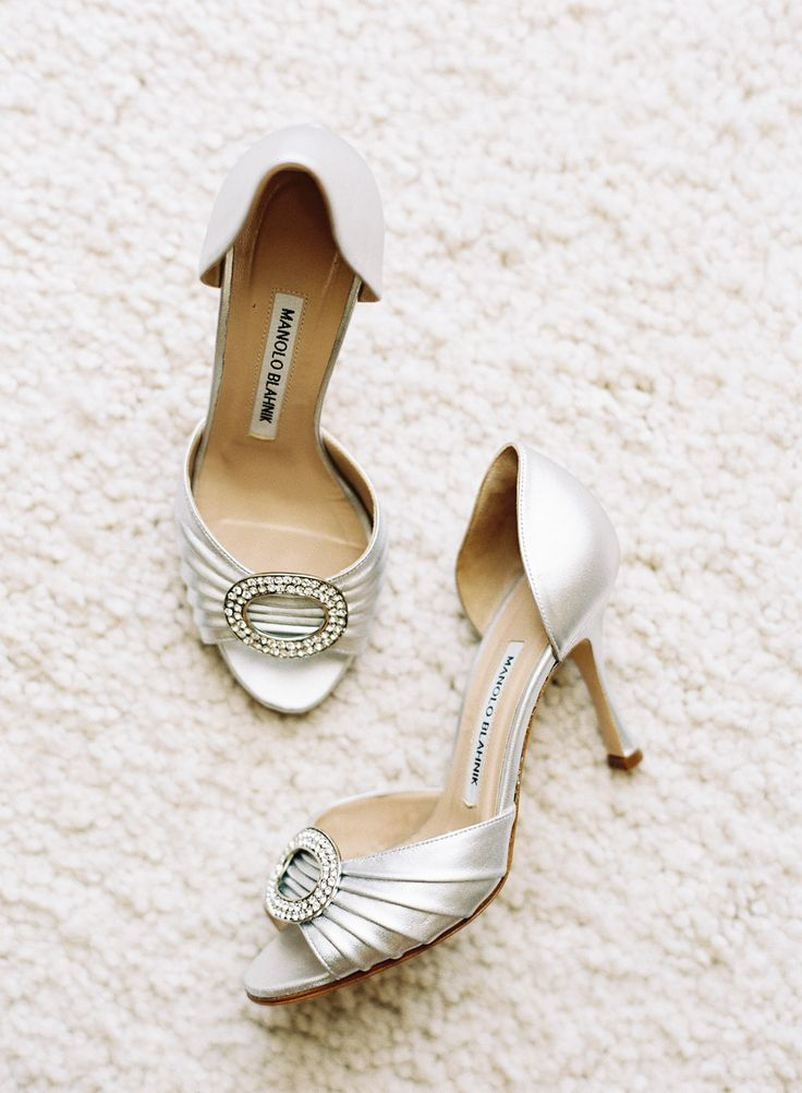 Silver wedding shoes - Photography: Caroline Tran - www.carolinetran.net: Vineyard Wedding with the Prettiest Colors : https://www.itakeyou.co.uk/wedding/vineyard-wedding-in-california/