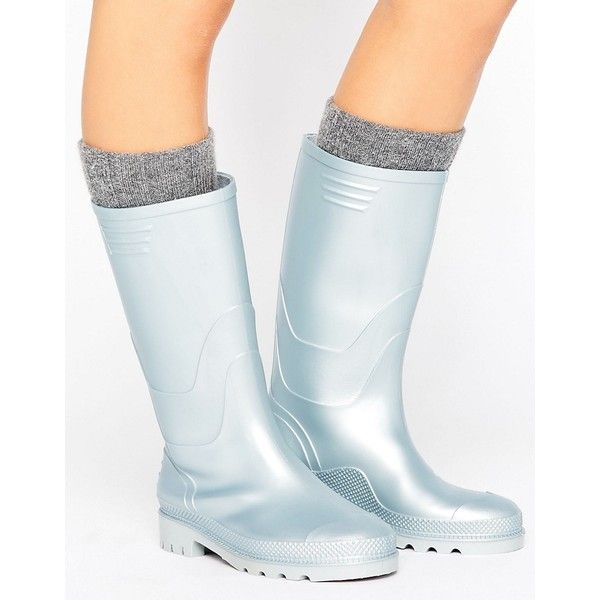 JUJU Vintage Metallic Wellington Boot (96 PLN) ❤ liked on Polyvore featuring shoes, boots, silver, flat boots, slip on rubber boots, rubber boots, wellies boots and wellington boots