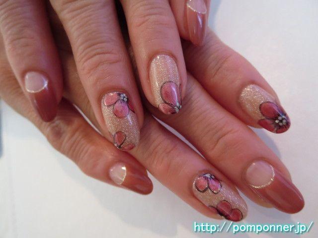 ラメ入りベージュの全体塗りとお花がシックなネイル And flower-painted the entire lame beige nail chic