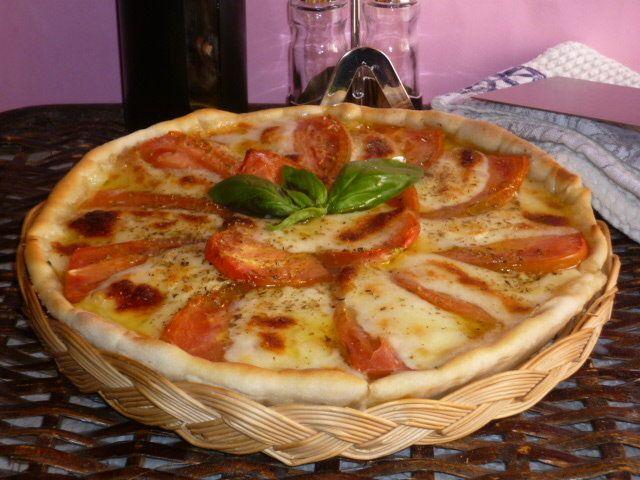 la torta salata alla pizzaiola, è una torta preparata con pasta sfoglia, o pasta brise', pomodori, mozzarella ed origano, che richiama il gusto della pizza