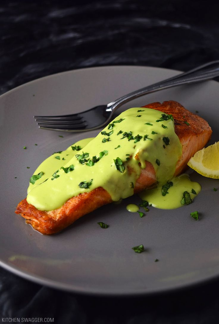 Pan seared salmon with creamy avocado sauce receta for Comidas faciles de cocinar
