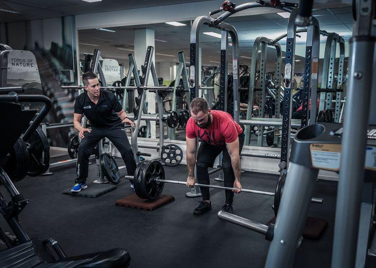 Krachttraining bij afslanken  Krachttraining is training met (extra) weerstand met het doel de kracht te verbeteren, om spiermassa op te bouwen, het lichaam vorm en stevigheid te geven of om (sport)prestaties te verbeteren. Krachttraining kan op diverse manieren worden uitgevoerd, afhankelijk van persoonlijke fysieke mogelijkheden en voorkeuren. De voorkeur gaat uit naar trainingen met losse gewichten of het eigen lichaamsgewicht.  Geïnteresseerd?: www.personaltrainerdelft.nl