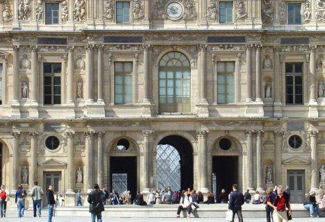 Le Palais du Louvre La Colonnade vers la Cour Carrée. - 6) CLASSICISME ET ARCHITECTURE: L'oeuvre architecturale la plus caractéristique de cette période est le Colonnade du Louvre (qui orne la façade orientale du Palais du Louvre). Elle est conçue par un comité d'artistes (Le Vau, Le Brun) dirigé par Claude Perrault. Droite et imposante, elle symbolise la majesté et la rigueur classique.