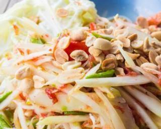 Salade de papaye verte légère du Laos : http://www.fourchette-et-bikini.fr/recettes/recettes-minceur/salade-de-papaye-verte-legere-du-laos.html