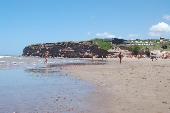 Esta es la Playa Escondida en Argentina. Aqui no hay mucha gente porque no es familiar y es porque esta escondida.(Ricardo 3)
