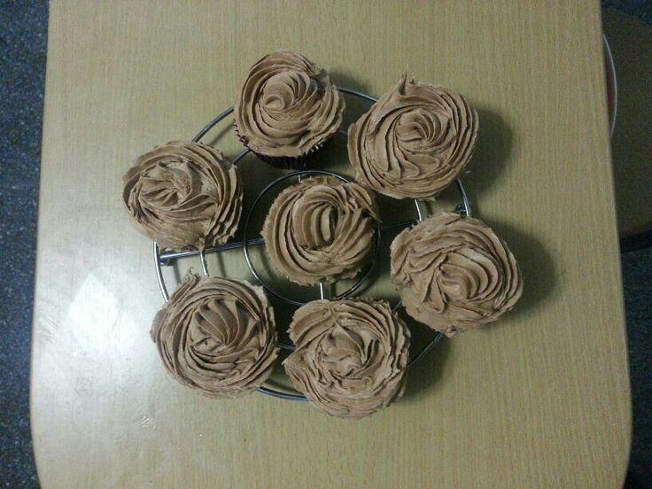 Cupcakes de chocolate con trocitos os de chocolate blanco y buttercream de Nutella