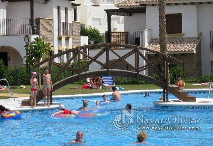 Puente de madera tratada sobre piscina. Vera, Almería by NavarrOlivier.com
