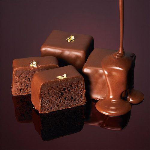 香り高いチョコレートの濃厚なブラウニーに芳醇なシャンパーニュガナッシュを重ねた大人のブラウニー。発売から長い間、お客様に愛されるロングセラーの逸品です。