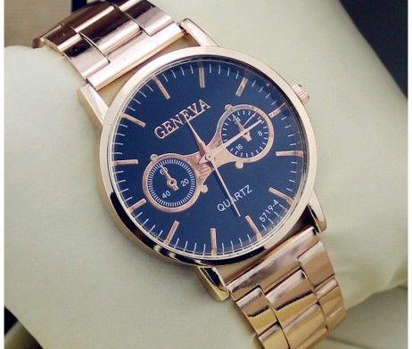 Luxusné dámske hodinky Geneva v zlatej farbe s čiernym ciferníkom. Sleduje svoj čas štýlovo s týmito luxusnými hodinkami v zlatej farbe. Hodinky Geneva Vás uchvátia svojim vkusným, elegantným a nadčasovým dizajnom. Pokiaľ chcete spestriť svoj outfit a sledujete aktuálne módne trendy, tieto hodinky sú určené práve pre Vás. Ciferník je v čiernej farbe a slúži len ako dekorácia hodiniek. http://www.luxusne-doplnky.eu/