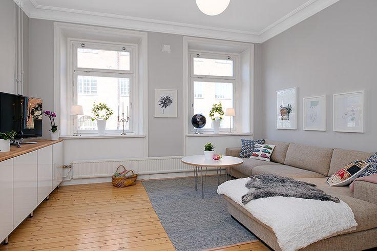 Me encantan este tipo de ventanas. Muy propias de la arquitectura nórdica. Con alféizar para sentarte y ver a través de a ventana, o colocar libros, o macetas con plantas,... También me gusta el tipo de radiador recorriendo parte del perímetro de la estancia.