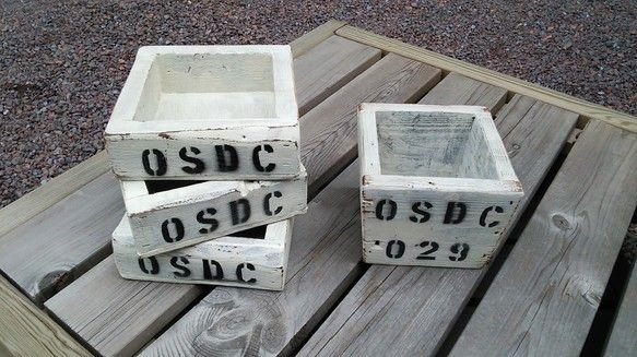 木製プランターボックスです。写真左のご紹介です。基本、古木材(再利用材)を使用してますので釘穴や木材の欠けなど古木材特有のシャビー感をお楽しみ下さい。サイ...|ハンドメイド、手作り、手仕事品の通販・販売・購入ならCreema。