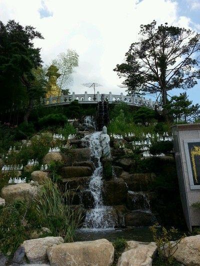 은진사 : 연꽃밭과 조화된 기장 은진사