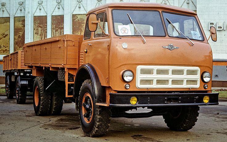 Дюжину замыкает МАЗ-500с бескапотной кабиной, который стал дляСССР революционным. Мелкими партиями автомобили сярославским дизелем V6мощностью 180 л.с. строили с1961г., массово— с1963-го. Бортовые грузовики, самосвалы, тягачи  (втом числе с«восьмеркой» в270 л.с.) производили уже подновыми четырехзначными индексами вплоть до1990г. Собрали более 330000 экземпляров.