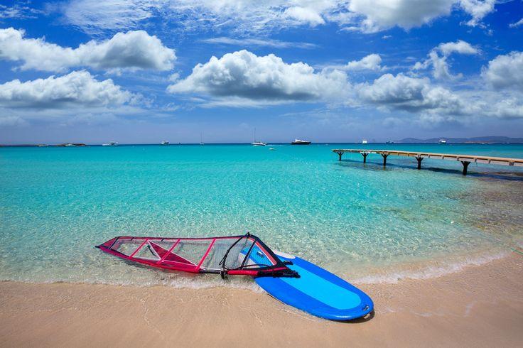 Das Windsurfen ist auf Formentera ein absolutes Highlight. Eine gute Anlaufstelle bietet die Surfschule Wet4Fun, die sich am Strand Es Pujos befindet, dort können Sie sich Surfbretter ausleihen, oder aber auch einen Surfkurs besuchen.