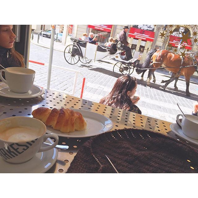 #placeswhereyoucanknit ... in a bakeshop, enjoying a cappucino and croissant, while watching the horse-drawn carriages and vintage cars drive by. Slow living in Prague...! #enjoyingprague #siidegarte #yarn #handdyed #indiedyer #testknit #vintagecars