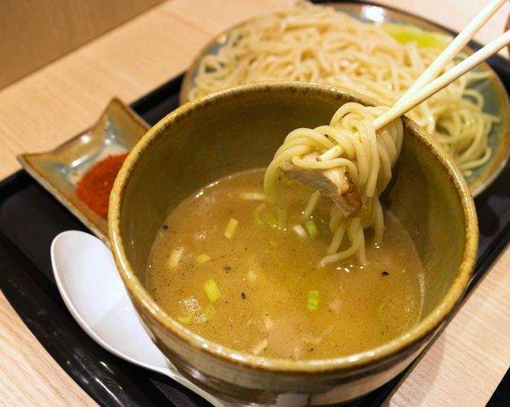 Tsukenem - caldo servido quente, porém separado do macarrão - com futomen, chashu, bambu cozido, cebolinha e blend de pimentas, do JoJo Ramen.