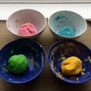 Natuurlijke Play Doh maken ~ door Sarah Schröder @ Kids Area - Healing Garden Festival 2015. Wist je dat het heel makkelijk is om zélf play doh te maken? En dat het heel erg leuk kan zijn om dat met je kind samen te doen? Meel, water, olie en zout in een pannetje, beetje wijnsteenpoeder en natuurlijke kleurstoffen erbij, even op het vuur en klaar is Klara! Veel gezonder dan de in de winkel verkrijgbare variant.