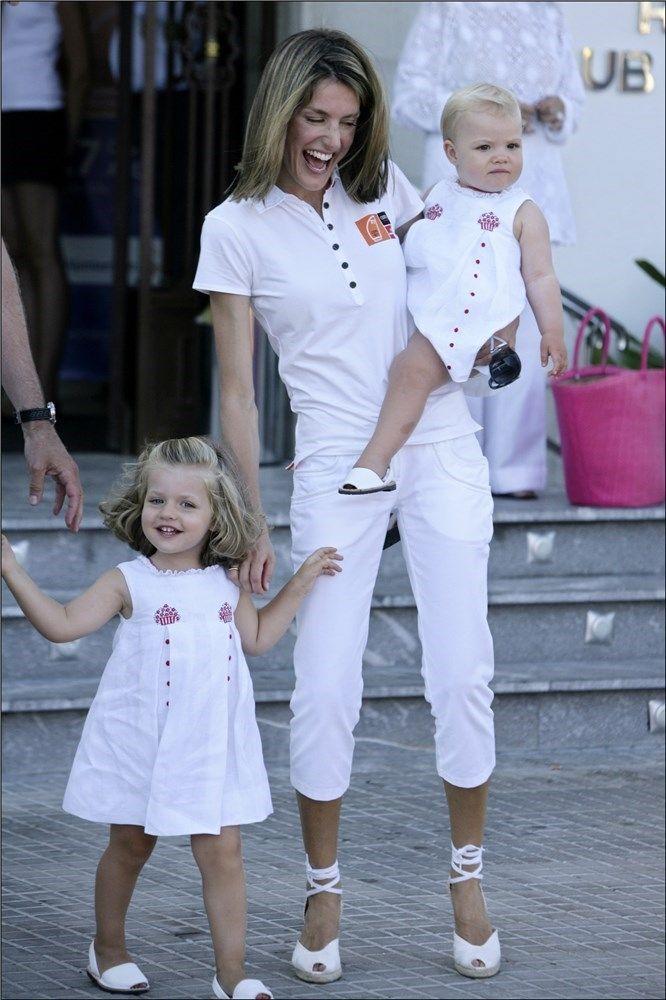 Leonor y Sofía con la Reina Letizia en el verano de 2008