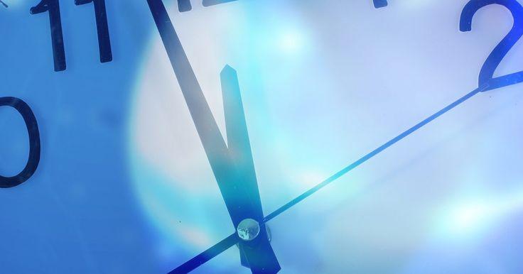 Cómo colocar la cadena de un reloj cucú. Los relojes cucú son relojes de madera tallada que tienen un cucú mecánico. Un juego de pesas le da la energía al mecanismo interno del reloj. Cuando las pesas descienden, giran los engranajes que mueven las manecillas del reloj. Los pesos están unidos al reloj por medio de grandes cadenas que encajan sobre ruedas ubicadas dentro del reloj. ...