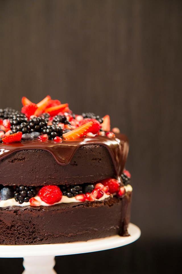 Naked Cake, pode até não ser aconselhável porque se desmancha todo, mas que é bonito e apresentável, ahh isso é!!!! Hummmm ...