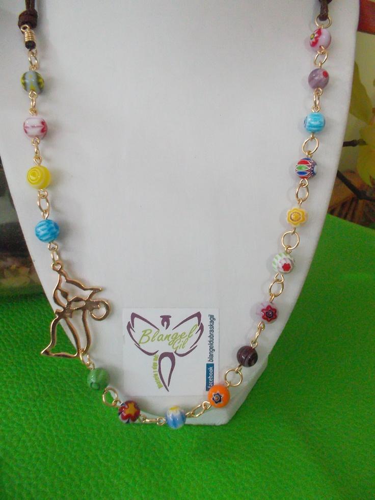 Divertido collar elaborado con murrinas de alegres colores y dije de gato en gold field