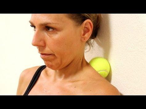 Ze drukt haar nek en rug tegen een tennisbal. Minuten later? Dit ga ik METEEN proberen! - Naturotheek