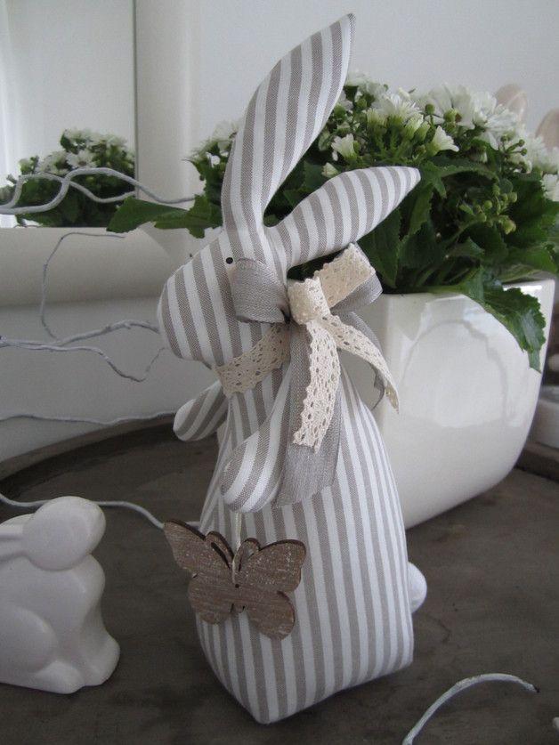 Osterhase mit Schmetterling im Landhaus-Stil
