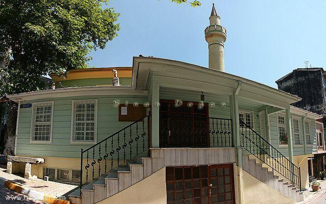İstanbul Muhyiddin Çelebi Camii  Çukurcuma camii de denir. Tophane'de Firuzağa mahellesinde, Çukurcuma caddesindedir. Mimar Sinan camilerinden biridir. Muhiddin Molla Fenari adıyla da bilinir. Son cemaat yeri ahşaptır. Merdivenlidir. Duvarlar taş-tuğla, sıvalı ve sakiflidir. Çatı, kiremit örtülüdür. Mihrabın iki yanında büyük pencereler vardır. Kürsü ve minber ahşaptır.
