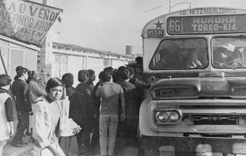 """Una fotografía de 1968 donde se aprecian las largas filas para abordar los famosos """"chimecos"""" en la Ciudad Nezahualcóyotl. El autobús anuncia en su ruta el toreo que existió en la colonia Aurora, ahora llamada Benito Juárez; en su lugar hoy se encuentra una Bodega Aurrerá, en la esquina de las avenidas Carmelo Pérez y Gustavo Baz.  Imagen: Centro de Información y Documentación de Nezahualcóyotl"""