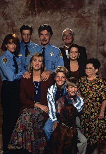 Still of Lauren Holly, Tom Skerritt, Kathy Baker, Holly Marie Combs, Fyvush Finkel, Costas Mandylor, Zelda Rubinstein, Justin Shenkarow and Adam Wylie in Picket Fences (1992)