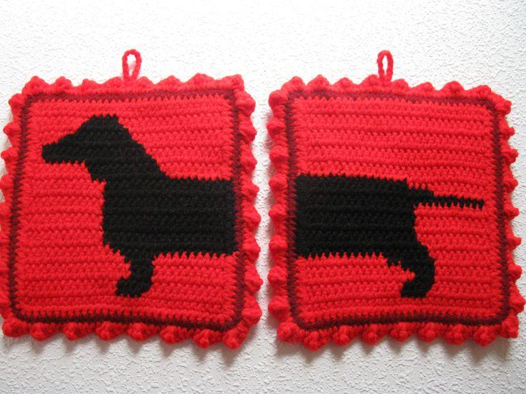 Handgemaakte teckel hond sierpotten. De teckel silhouetten zijn haakwerk in zwart tegen een heldere rode achtergrond. Pannenlappen zijn dubbel dik en het achterpaneel is loom brei (dubbele dikte) met Bourgondië. Sierpotten zijn omzoomd met Bourgondië en afgewerkt met een lichte rode haak ruffle. Sierpotten meet ongeveer 8 inch (20 cm) vierkant. Pannenlappen heb een opknoping lus aan de bovenkant van elk en ze naast elkaar kunnen worden opgehangen. Deze set is gemaakt om te bestellen en als…