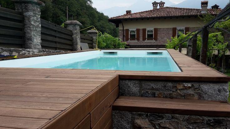 Piscina fuori terra con rivestimento in legno e pietra naturale realizzata in collaborazione di Crea Srl