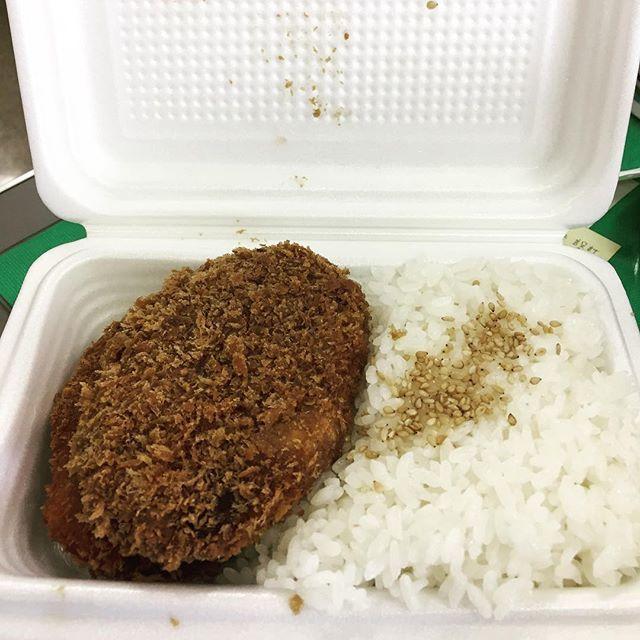 今日のお昼は地元で有名な精肉店特製のコロッケメンチカツ弁当(通称コロメン😊) サクサクのコロッケとジューシーなメンチカツにごま塩が乗った美味しいご飯で350円はお得っしょ🤗  #ランチ#おいしい #コロッケ#メンチカツ#弁当#精肉店#おすすめ #肉汁#肉#ごはん #ご飯#japan #japanese