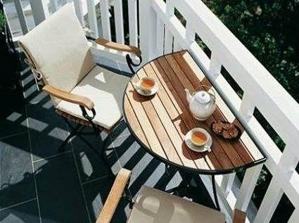 A mesinha lateral é ótima para espaços pequenos e é uma opção super legal para varandas e sacadas