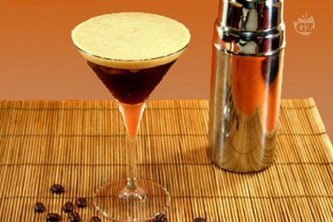 Il caffè shakerato  viene preparato inserendo in uno shaker dei cubetti di ghiaccio, zucchero liquido e caffè; esistono molte varianti ed aggiunte a questa ricetta, poiché  ogni persona (o barman) lo prepara secondo i propri gusti.