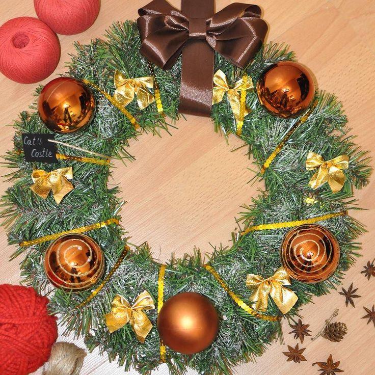 Шоколадная зима  Венок создан из ветвей заснеженной зеленой ели украшен шарами разных оттенков благородного коричневого цвета золотыми бантами декорирован пышным коричневым бантом. На венке присутствует лейбл мастерской съемный. Размер: 40 см  Цена: 2 900 руб