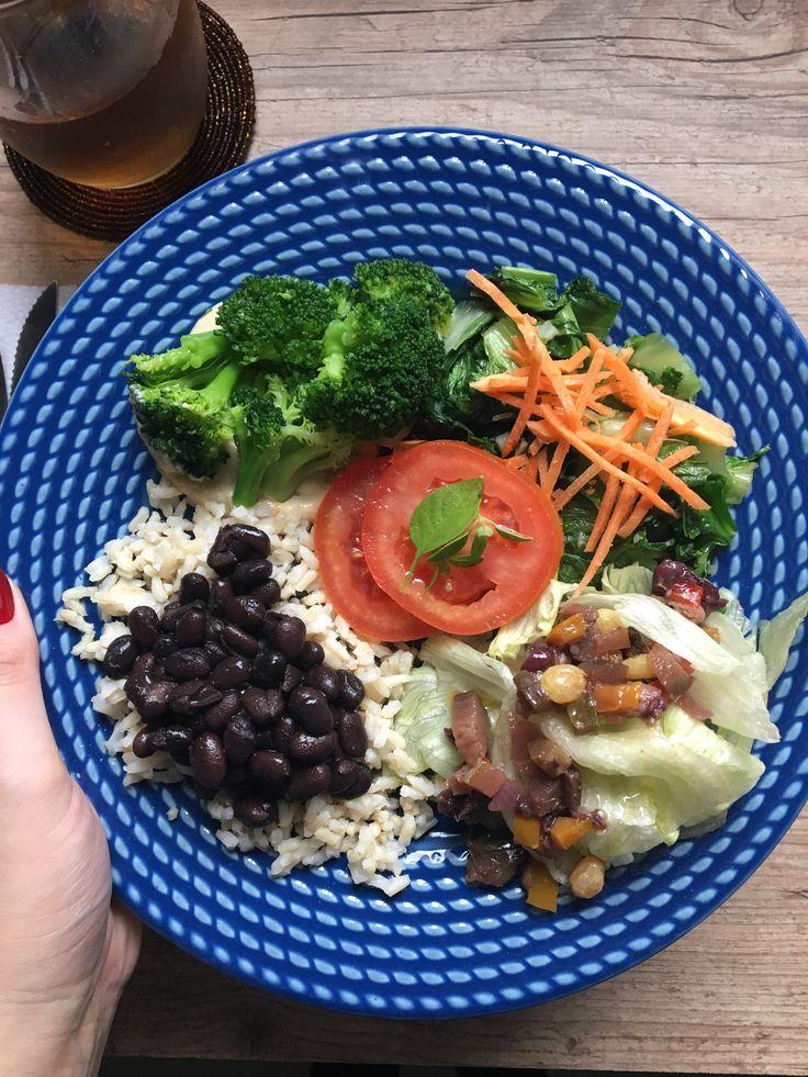 (Se você chegou agora, clica aqui para ler a primeira parte do desafio) MAS... O QUE VOCÊ COME?  Acabei criando um perfil no Instagram (que não abandonei após o fim do desafio), que serviu como uma espécie de diário. Todo dia, postava o meu almoço, que foi desde o básico arroz e feijão até junk food (sim, vegano também enfia o pé na ...
