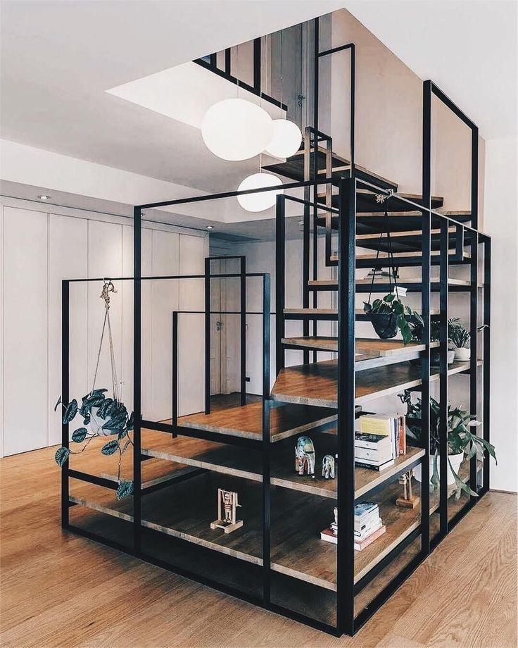 Wunderbare Kombination aus hellem Holzboden, schwarzem Metall und weißen Wände… #aus #helle…