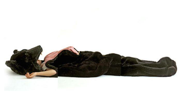この寝袋を持ってキャンプには、とても行けません…。なんせ、本物そっくりな熊の寝袋なのですから。 アーティストで […]