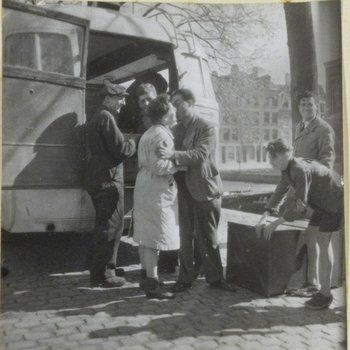 1945. Jewish citizens return to Amsterdam after World War II had ended. Only 11,000 of the 80,000 Jews who lived in Amsterdam before the nazi occupation survived. #amsterdam #worldwar2