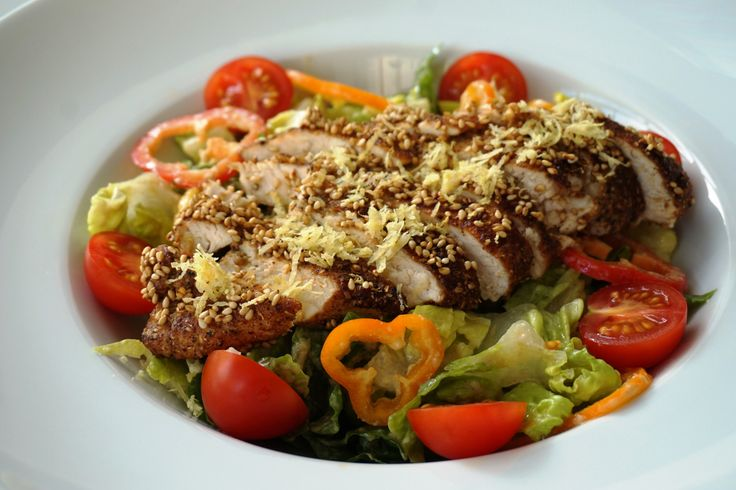 Dieses saftige Hähnchen-Filet ist kraftvoll gewürzt und mit knusprigem Sesam verfeinert – dazu gibt es ein ebenso mutig gewürztes Dressing zum Roma-Salat mit Mini-Paprika. ♦ This juicy chicken brea...
