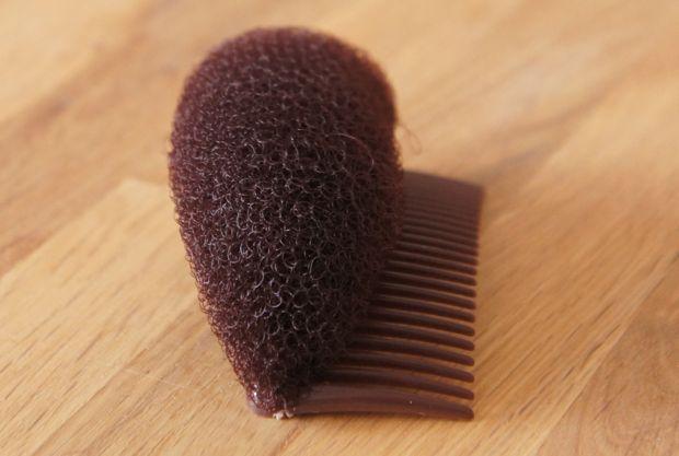 We kennen inmiddels allemaal de haar-donut, een haaraccessoire om een perfecte knot mee te fabriceren, maar kennen jullie ook de haar-croissant? Geen idee of dit de officiele naam is, maar ik bekeek het ding net en het schoot me ineens te binnen. Met de haar-croissant, die in feite niets meer en niets minder is dan een halve haar-donut op een kammetje,creëerje – zonder touperen – in een handomdraai een volumineus nonchalant Brigitte Bardot-achtig kapsel. Of Peggy Bundy, you choose ;-)…