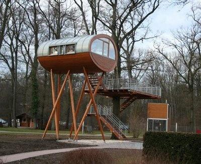 Such an elegant design. I quite like modern tree houses.