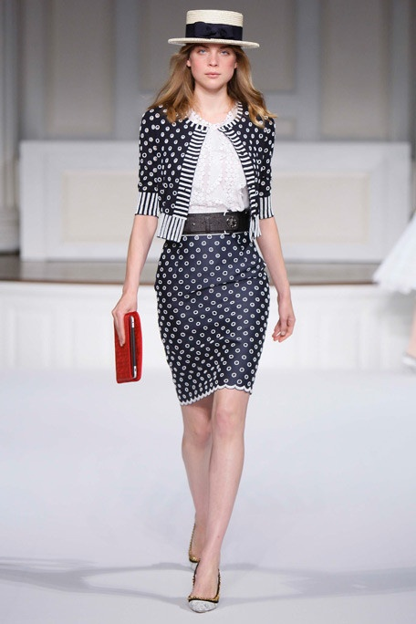 Polka dot suit? Of course. Oscar de la Renta, Resort 2011