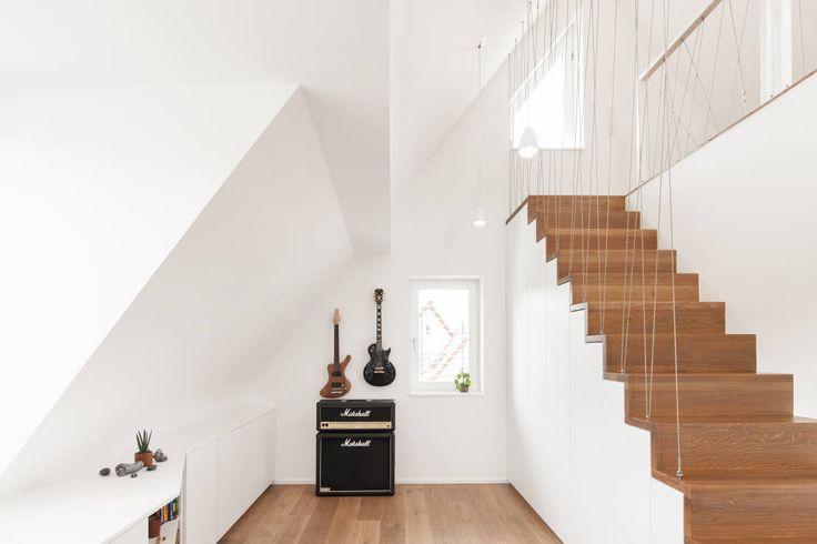 In diesem Raum wird das Treppensteigen mit einem Geländer aus einer Seilkonstruktion zu einem Highlight. https://www.homify.de/ideenbuecher/38313/das-haus-ohne-scham