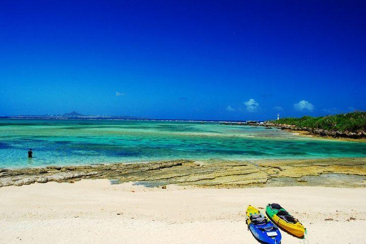 長期休暇に沖縄旅行を計画している方に「備瀬崎」はとてもオススメなスポットです。沖縄の海はどこも同じくらいと思っていませんか?「備瀬崎」は干潮時には肉眼で色とりどりの魚が見られるほどの透明度なんです。今回は「備瀬崎」周辺の神秘的スポットを含め、魅力をご紹介します。