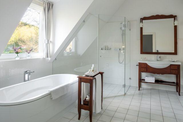 en suite bathroom in the luxury room in Dwor Oliwski CITY HOTEL & SPA