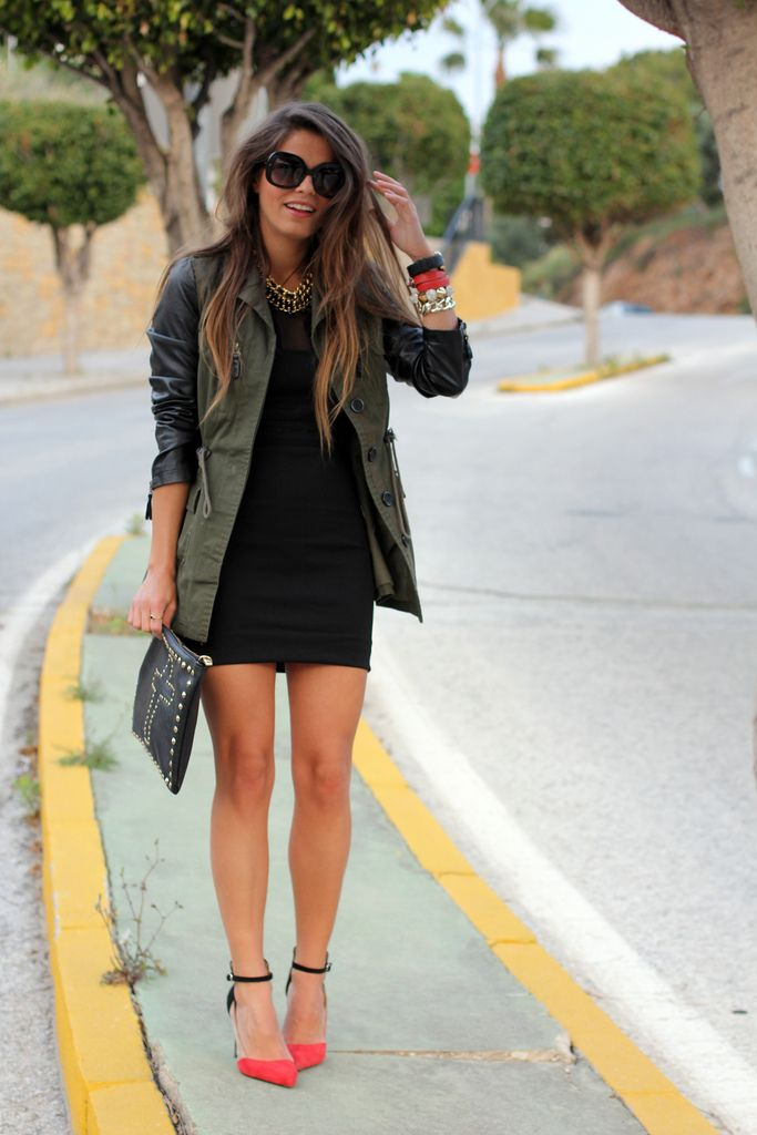 Vestido negro, chaqueta verde militar: